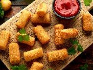 Рецепта Крокети от сирене, печени чушки и кашкавал панирани в галета и белтъци с доматен сос